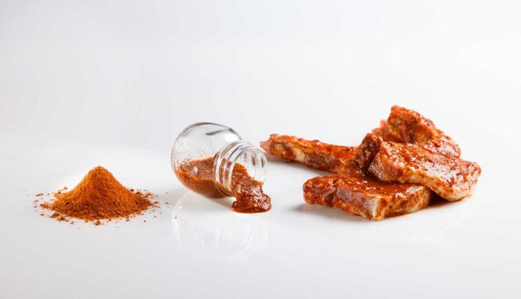 Oλοκληρωμένα μίγματα μπαχαρικών-βοτάνων και μαρινάτες για όλα τα παρασκευάσματα κρέατος από τη FOOD MAKER